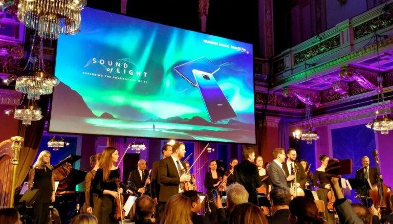 Video un foto: Telefons, kurš pārvērš ziemeļblāzmu simfonijā