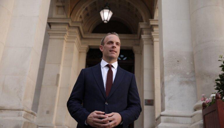 Izmaiņas Lielbritānijas ministru kabinetā: par ārlietu ministru kļūst Dominiks Rābs