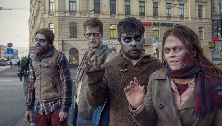 Video: 'Zombiji' īpašā misijā Rīgas ielās aicina nelietot telefonus pie stūres