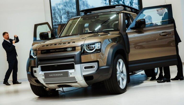 Foto: Latvijā prezentēts jaunais 'Land Rover Defender' apvidnieks