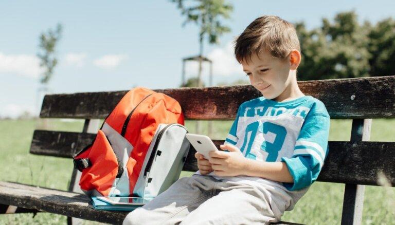 Psiholoģe: telefons ir vajadzīgs ne tikai vecāku, bet arī bērnu sirdsmieram