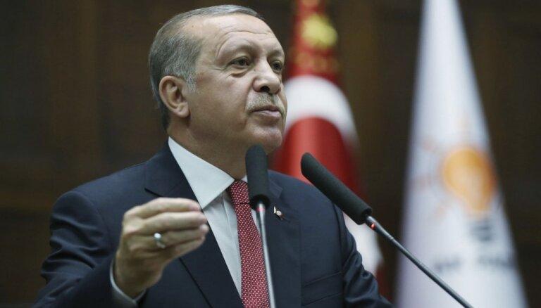 Erdogans: Par saistību ar puča plānošanā apsūdzēto Gilenu apcietināti 30 000 cilvēku