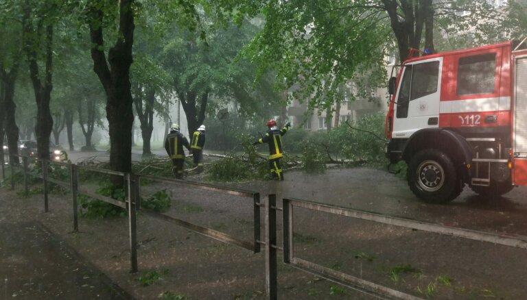 Negaiss pirmdien Daugavpilī sagāzis vismaz 30 kokus
