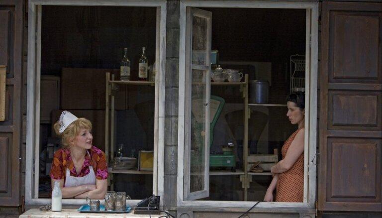 Izrādes apskats: Koučings padomijas sieviešu garā; 'Čulimska. Pašu cilvēki' JRT