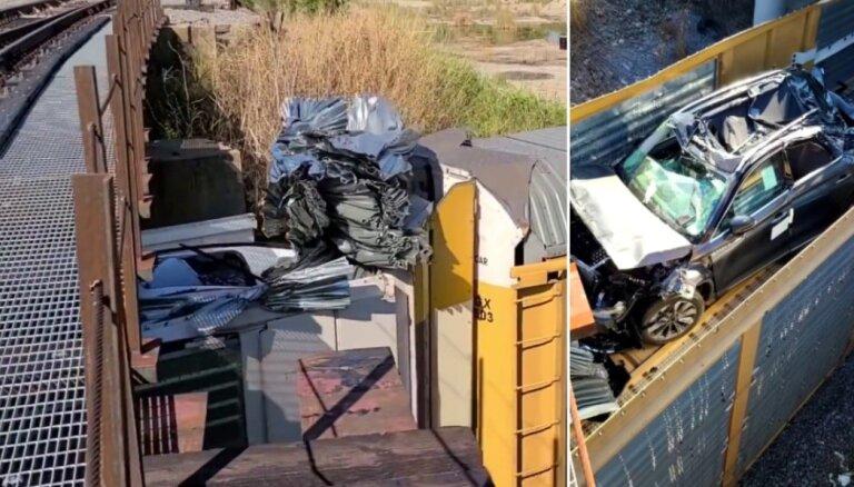 Video: Vilciena mašīnists ASV zema tilta dēļ vagonos sapresē automobiļus divu miljonu vērtībā