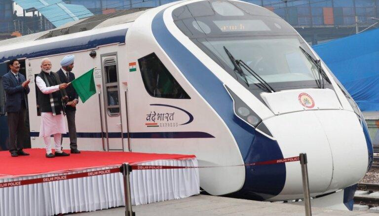 Indijas ātrvilcienam sabojājas bremzes pirmajā braucienā pēc atklāšanas