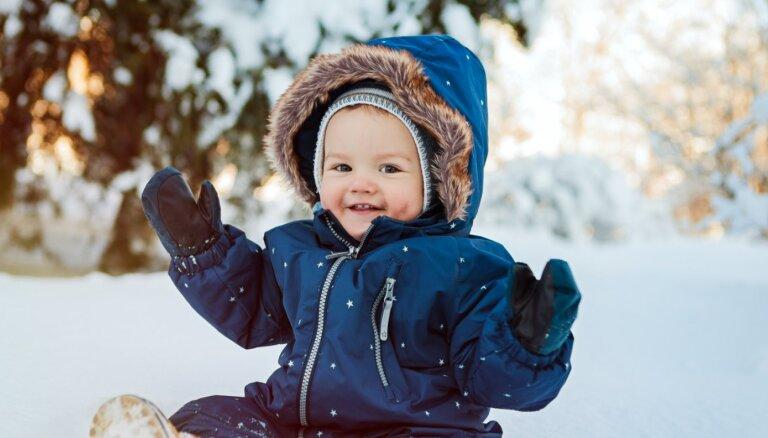 No veļas līdz kombinezona izvēlei: kā ziemā ģērbt mazuli, kurš mācās staigāt