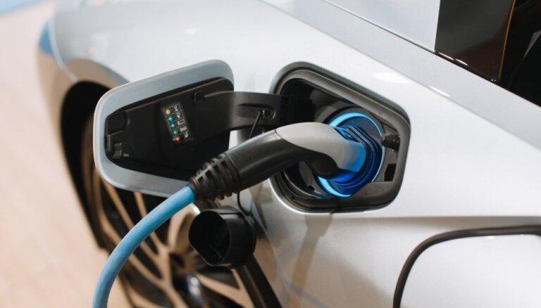 Autoražotājiem bažas rada elektroauto akumulatoru aizdegšanās