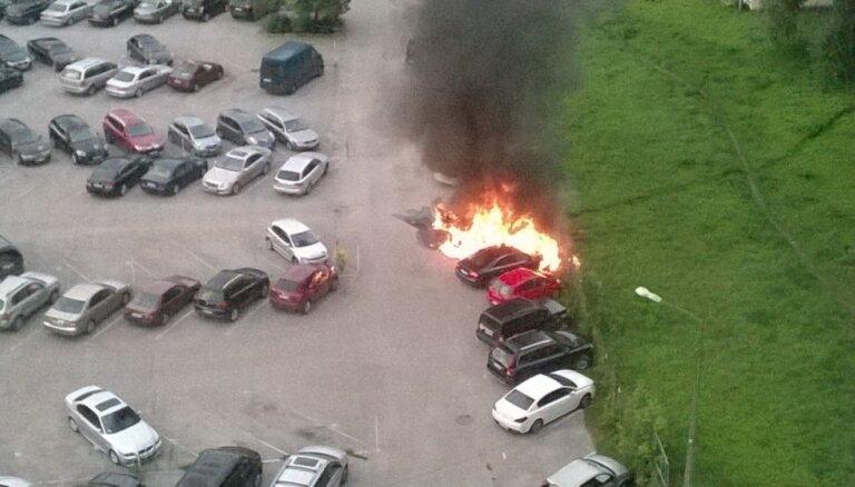 Video: Rīgā autostāvvietā sadeg vairākas automašīnas