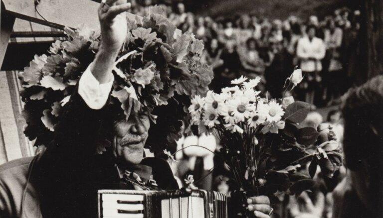 Arhīva foto: Atmodas laika dziesminiekam Eduardam Rozenštrauham 100