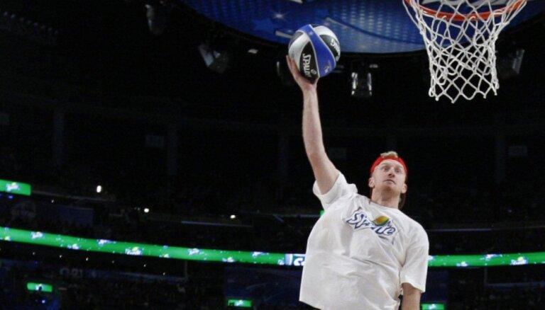 Bijušais NBA spēlētājs cer startēt Tokijas olimpiskajās spēlēs pludmales volejbolā