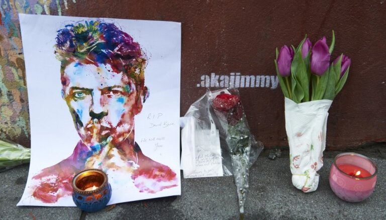 Поклонники Боуи призывают запретить Канье Уэсту записывать песни их кумира