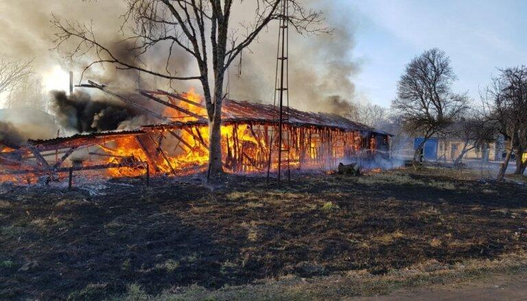 ВИДЕО: пожар под Кулдигой уничтожил тракторный ангар