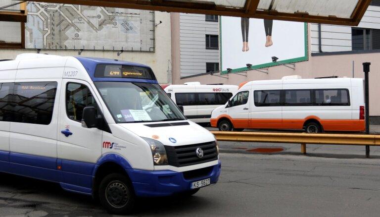 Найден микроавтобус, в котором зараженный COVID-19 пассажир добирался из аэропорта в центр Риги