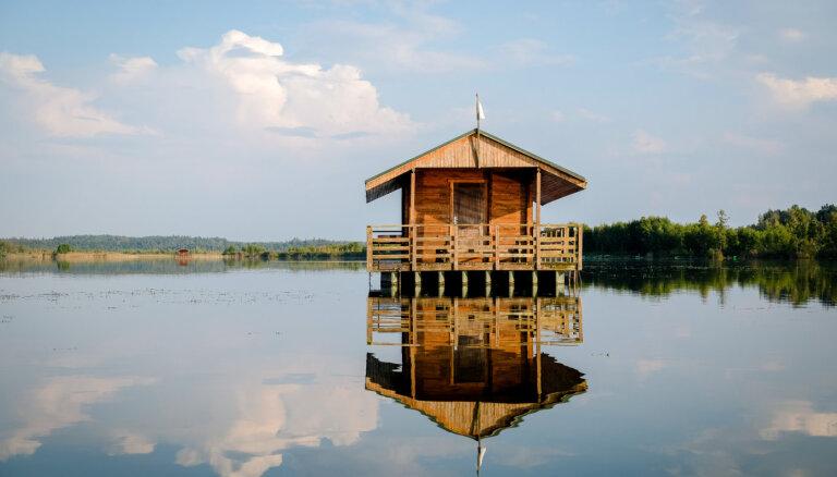 Lielauces ezers – peldošas mājiņas un makšķernieku paradīze