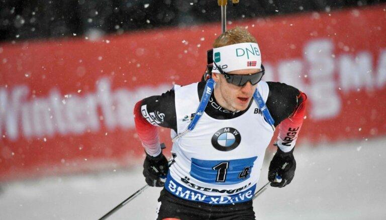 Norvēģijas biatlonisti uzvar arī vīriešu stafetē; Latviju apdzen par apli