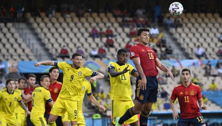 Швеция устояла против Испании, у Польши — исторический автогол вратаря и поражение