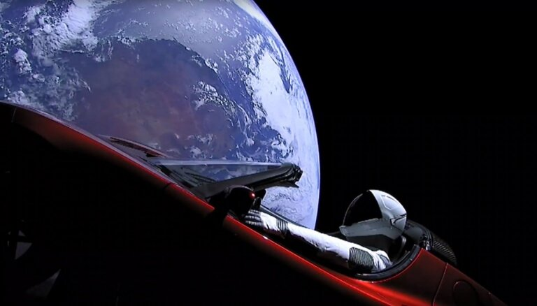 Maska Zvaigžņu vīrs 'teslā' palido garām Marsam
