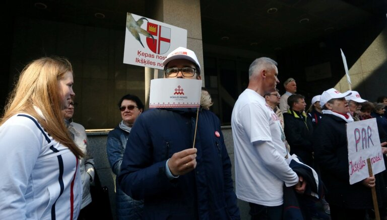 Foto: 'Ķepas nost no Ikšķiles' - pie VARAM protestē novadu reformas pretinieki