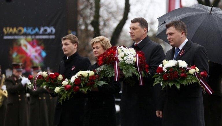 У памятника Свободы состоялась церемония возложения цветов