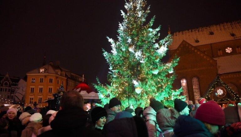Foto: Doma laukumā iededz Rīgas galveno Ziemassvētku egli