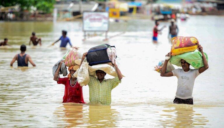 Indijā plūdos bojāgājušo skaits pārsniedzis 1000