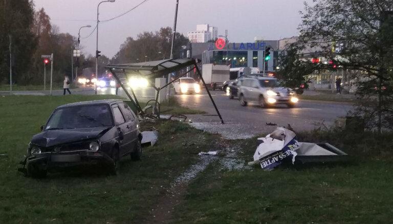 ФОТО: В Риге машина снесла остановку, пострадал подросток