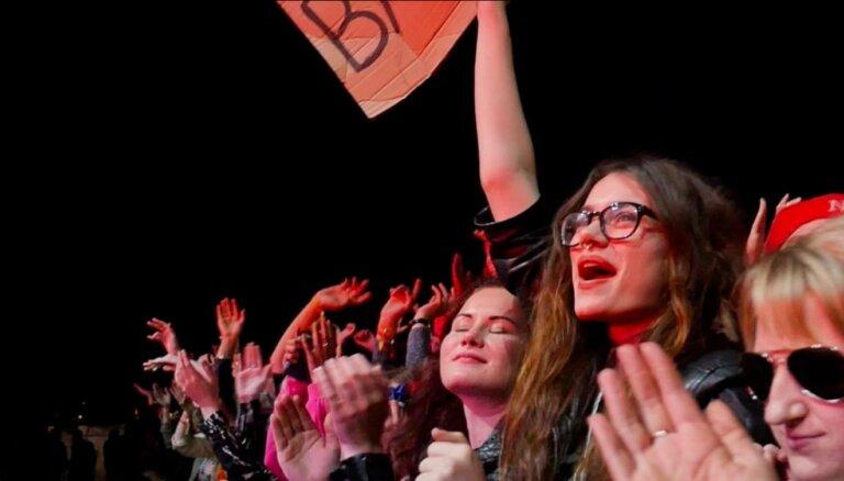 Video: 'Placebo' aizkustina grandiozos pūļus 'Positivus' festivāla pirmajā dienā
