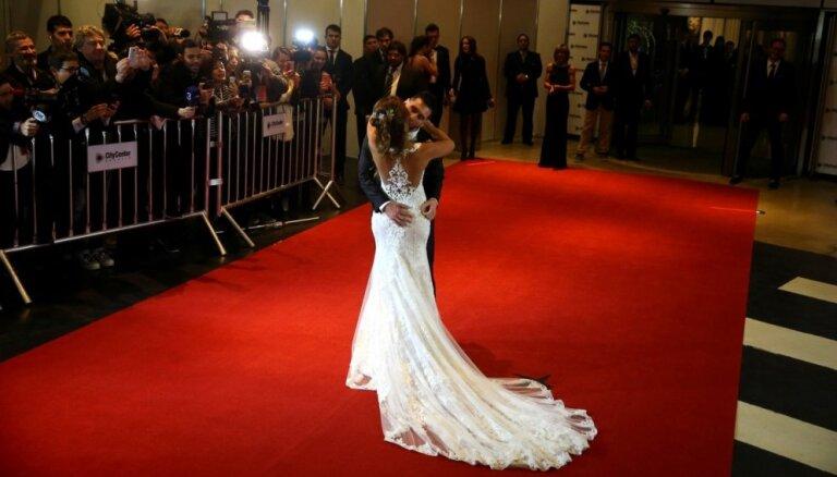 Foto: Argentīnas futbolisti un viņu šmaugās sieviņas žilbina Mesi kāzās