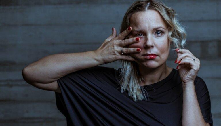 Foto izstādē 'Estepatās' atklās sabiedrībā zināmu vecāku stāstus par pēcdzemdību depresiju