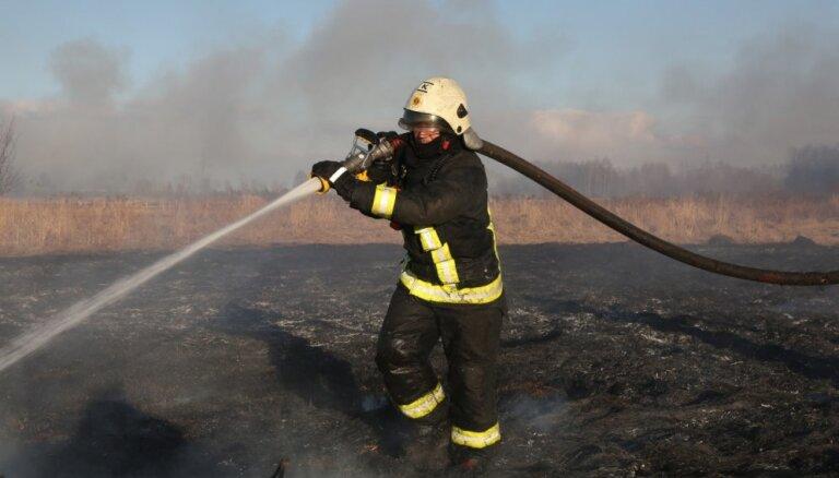 Mežāres pagastā turpinās meža ugunsgrēka dzēšanas darbi