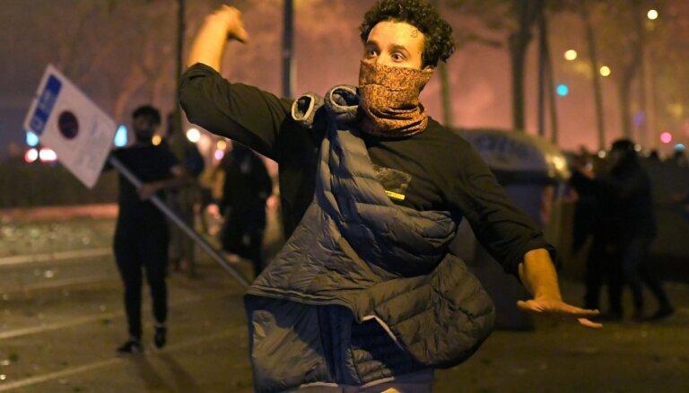 Foto: Protestos Katalonijā aizvadītajā naktī ievainoti 80 cilvēki