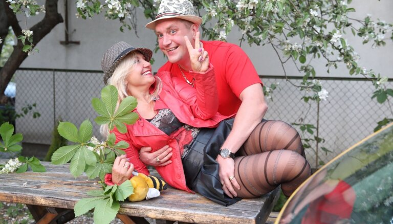 Foto: Kiops mīļotās Dainas krodziņā līksmi prezentē jauno videoklipu