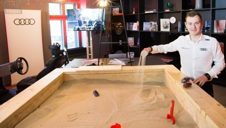 Rīgā 'Audi' prezentējis smilškastē izveidotas trases izbraukšanu virtuālajā realitātē