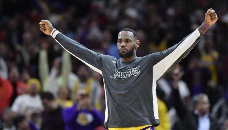 Džeimsam trešais 'triple-double' pēc kārtas; 'Lakers' kļūst par NBA līderiem