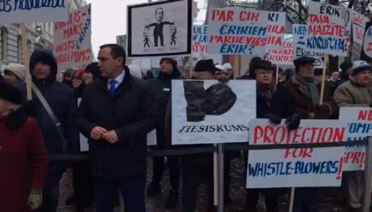 Video: Juraša aizstāvībai pie Saeimas pulcējas aptuveni 100 cilvēku