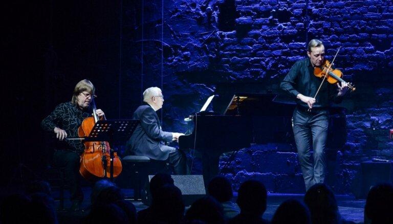Foto: Raimonds Pauls un Zigfrīds Muktupāvels uzsāk Ziemassvētku koncertus