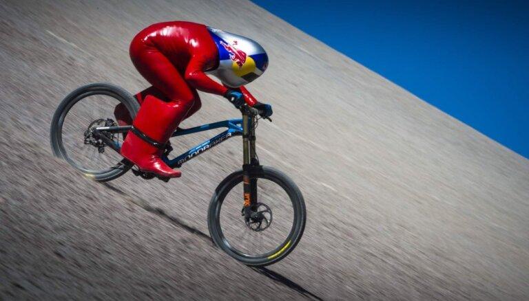 Video: Austrietis ar velosipēdu paātrinās līdz rekorda 167 km/h