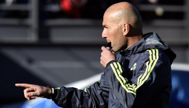 Foto: Tūkstošiem fanu sagaida Zidānu pirmajā treniņā pie Madrides 'Real' stūres