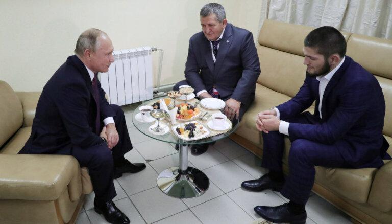 Хабиб — о звонке Путина: он спросил как дела, я сказал: сидим в окружении