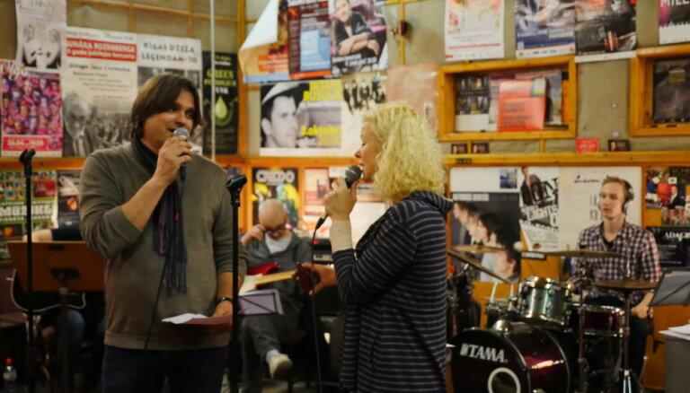 Olga Dreģe, Dita Lūriņa un Artis Robežnieks gatavojas svētku koncertam 'Latvijas spēka dziesmas'