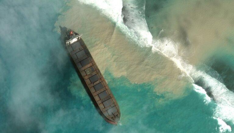 Pie Maurīcijas krastiem no kravas kuģa noplūst degviela