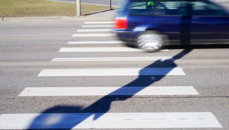 В Алуксне автомобиль сбил на тротуаре пять пешеходов; погибла маленькая девочка