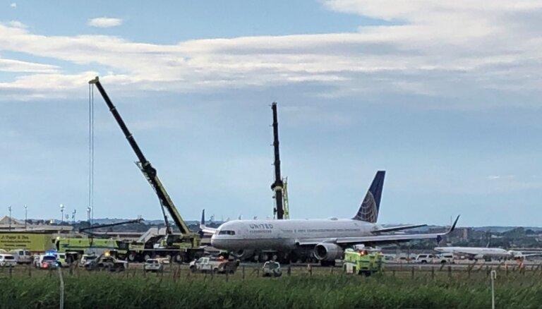'United Airlines' lidmašīnai nolaišanās laikā Ņuarkas lidostā pārplīst riepas