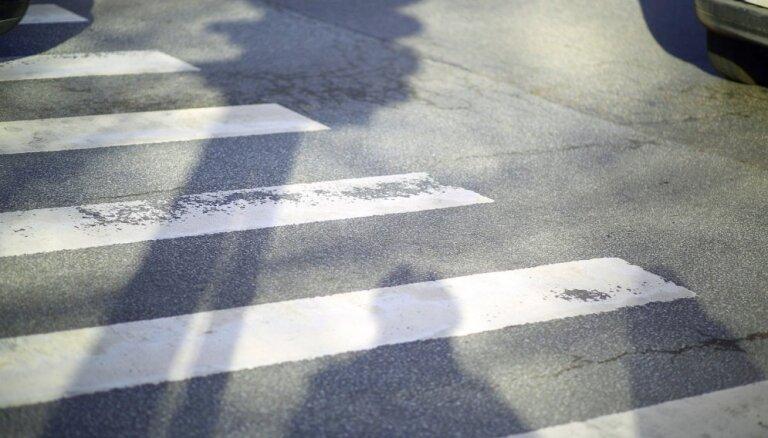 Saulkrastos 'Volvo' kravas auto uzbraucis gājējai; policija meklē aculieciniekus