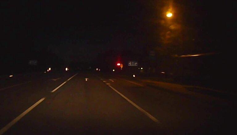 ВИДЕО: Ночью семью напугала стоявшая посреди шоссе женщина