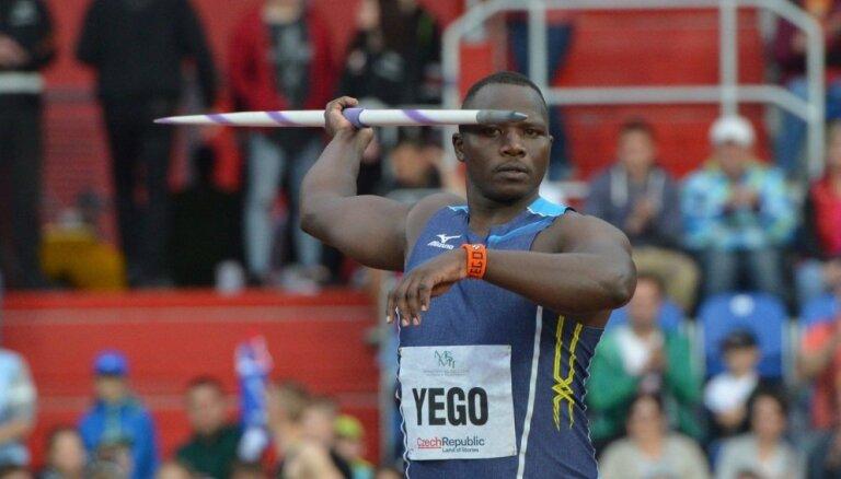 Olimpiskais vicečempions šķēpmešanā neskarts izkļūst no smagas autoavārijas Kenijā