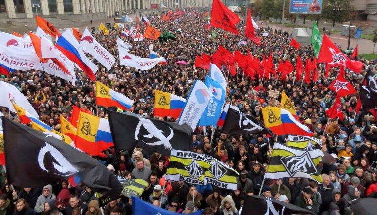 Foto: Milzu pūļi Maskavā pieprasa atbrīvot aizturētos protestētājus