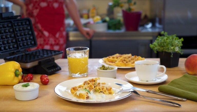 Siera-dārzeņu omlete, kas cepta vafeļu pannā
