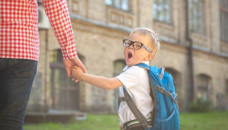 Necelt paniku un nebūt fanātiķim: 10 padomi pirmklasnieku vecākiem